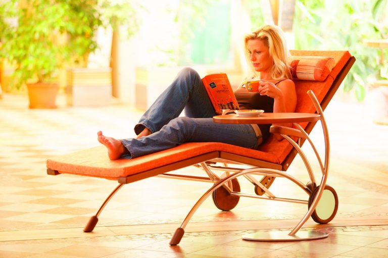 Relaxliege Siesta Stabil Classic Holz Edelstahl in Nussbaum